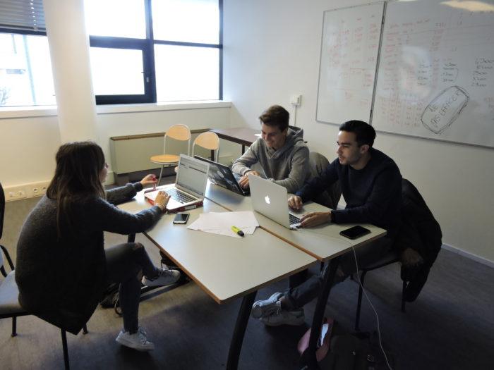 etudiants kedge bachelor en groupe de travai